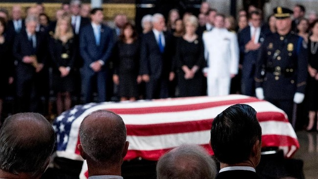 Dalam acara penghormatan kenegaraan ini, para pejabat tinggi Amerika Serikat dan yang pernah berinteraksi dengan McCain hadir. (Andrew Harnik/POOL Via REUTERS)