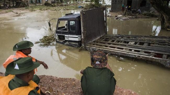 Air terus bergerak hingga mencapai kota-kota sekitar, seperti Swar dan Yedashe. (AFP Photo/Ye Aung Thu)