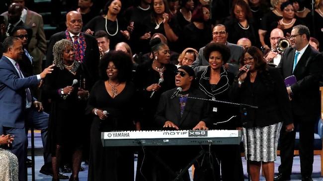 Stevie Wonder tampil di upacara pemakaman untuk mendiang Aretha Franklin diGreater Grace Temple di Detroit, Michigan, AS, 31 Agustus 2018. (REUTERS/Mike Segar)