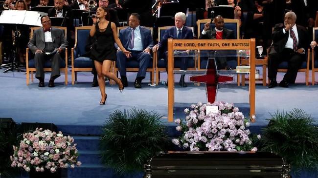 Ariana Grande tampil dalam upacara pemakaman mendiang Aretha Franklin di Greater Grace Temple, Detroit, Michigan, AS, 31 Agustus 2018. (REUTERS/Mike Segar)