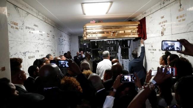 Peti jenazah mendiang Aretha Franklin 'ditidurkan' dalam lahan pemakamannya di Woodland Cemetery, Detroit, Michigan, AS, 31 Agustus 2018. (Paul Sancya/Pool via REUTERS)