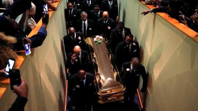 Peti jenazah mendiang Aretha Franklin dibawa keluar dari Greater Grace Temple setelah kebaktian di Detroit, Michigan, AS. (REUTERS/Mike Segar)