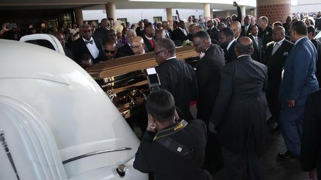 Peti mati mendiang Aretha Franklin dimuat ke dalam mobil jenazah setelahupacara pemakamandiGreater Grace Temple pada tanggal 31 Agustus 2018 di Detroit, Michigan. (AFP PHOTO / JEFF KOWALSKY)