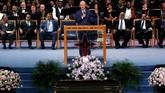 Mantan Presiden AS Bill Clinton berbicara dalam upacara pemakaman untuk mendiang penyanyi Aretha Franklin di Greater Grace Templedi Detroit, Michigan, AS, 31 Agustus 2018. (REUTERS/Mike Segar)