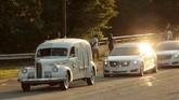 Mobil Cadillac LaSalle keluaran tahun 1940 membawa peti jenazah Aretha Franklin menuju Seven Mile Road setelah upacara pemakamannya di Greater Grace Temple, Detroit, Michigan, 31 Agustus 2018. (AFP PHOTO/JEFF KOWALSKY)