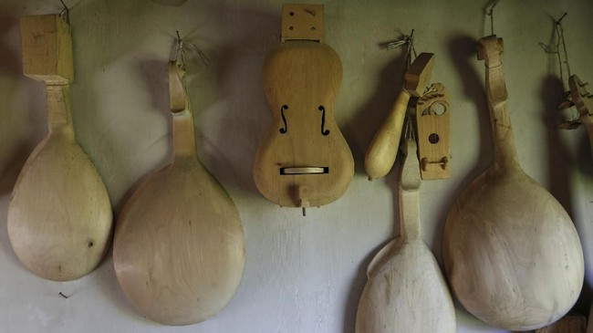 Sejumlah alat musik tradisional yang belum terselesaikan pembuatannya terpajang dibengkel dekat rumah Fedynsky.