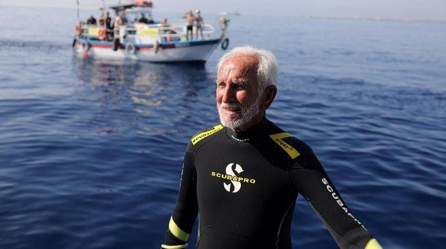 Kakek 95 Tahun Pecahkan Rekor 'Penyelam Tertua di Dunia'