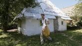 Desa Kryachkivka berada 145 kilometer dari pusat kota Kiev. Desa ini merupakan pemukiman kelompok musisi tunanetra yang sering berkelana tanpa alas kaki, mirip kelompok Suku Badui.