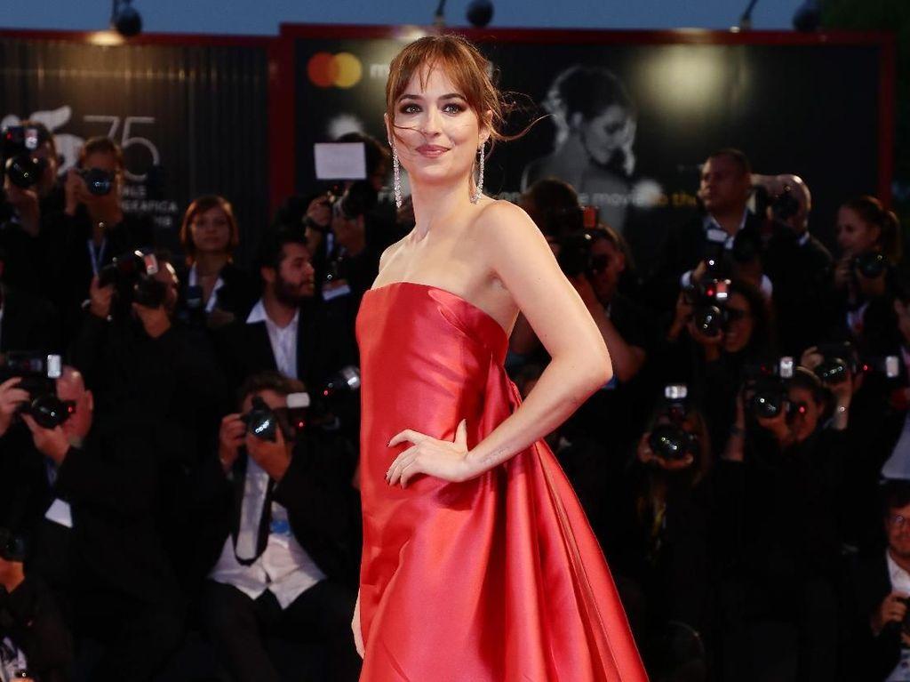 Foto: Adu Gaya Glamor Selebriti di Red Carpet Venice Film Festival 2018