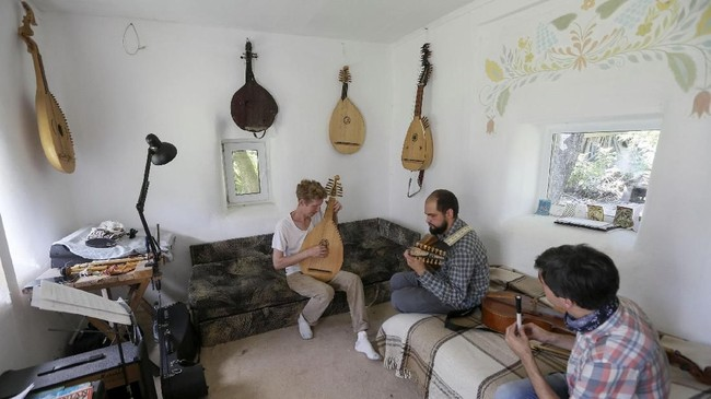 Fedynsky sampai bolak-balik ke museum untuk mencari cetakan sejumlah alat musik tradisional Ukraina, karena bukti atas peninggalan sejarah itu hampir punah dimakan zaman. Ia berniat membuat lebih banyak alat musik agar semakin banyak generasi muda Ukraina yang bisa menyelamatkan musik tradisional negaranya.
