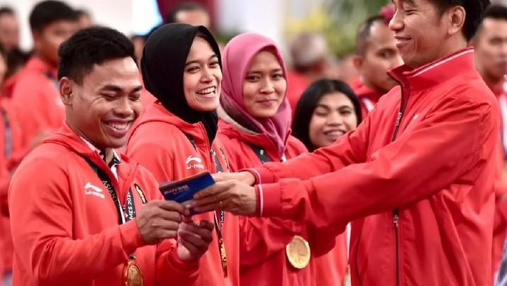 Pencairan bonus itu dilaksanakan dalam pertemuan para atlet dengan Presiden Jokowi di Istana Negara, Minggu (2/9/2018).
