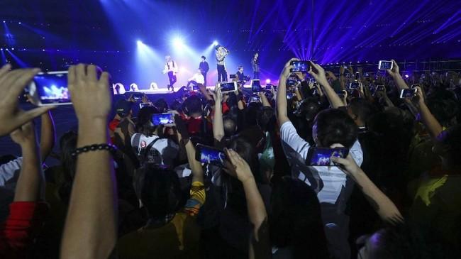 Selain musisi dalam negeri, upacara penutupan Asian Games 2018 juga dimeriahkan oleh boyband asal Korea, iKON. (REUTERS/Athit Perawongmetha)