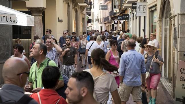 Sesaknya jalanan karena turis membuat penduduk lokal merasa