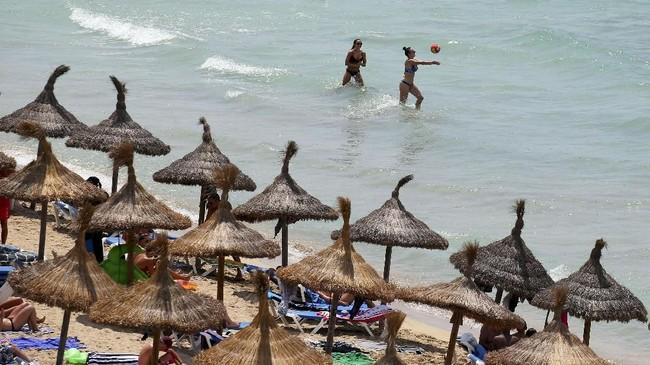 Selain aturan yang kendor, penduduk lokal juga meminta pemerintah untuk menerapkan standar upah yang sesuai untuk pekerja di industri wisata Spanyol.(REUTERS/Enrique Calvo)