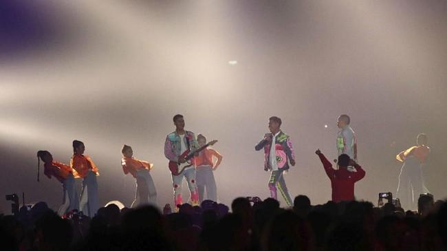 Setelahmenyanyikan lagu berjudul 'Pandangan Pertama', band RANjuga menyanyikan lagu 'Inikah Cinta' yang diciptakan ME.(REUTERS/Athit Perawongmetha)