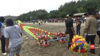 VIDEO: 'Naga' Terbang Melayang di Pantai Jawa Timur