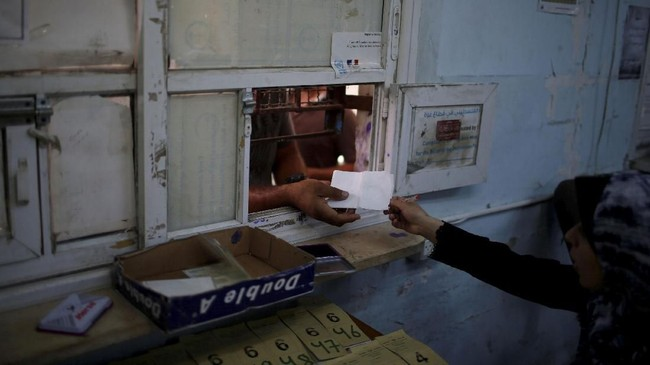 UNRWA yang membantu lebih dari lima juta pengungsi Palestina yang terdaftar mengatakan harus menutup jaringan sekolah dan layanan kesehatan yang dioperasikannya. (REUTERS/Mohammed Salem)