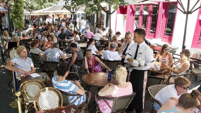 Penduduk lokal bukan membenci turis, tapi kurang sepakat dengan peraturan pemerintah yang tak mengetatkan aturan atas kunjungan turis sehingga banyak penduduk lokal yang merasa dikesampingkan haknya. (AFP PHOTO/Jaime Reina)