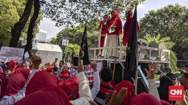 Di KPU Emak-emak Militan Demo Tuntut Jokowi Mundur