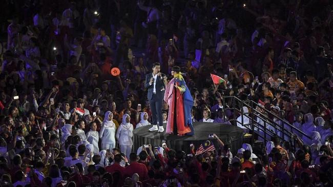 Penampilan Bams dan Lea Simanjuntak yang menyanyikan lagu 'Kemesraan' ciptaan Iwan Fals. Sepanjang lagu seluruh penonton di stadion menyalakan lampu di telepon genggamnya sehingga menciptakan suasana romantis. (ANTARA FOTO/INASGOC/Ikhwan Yanuar)