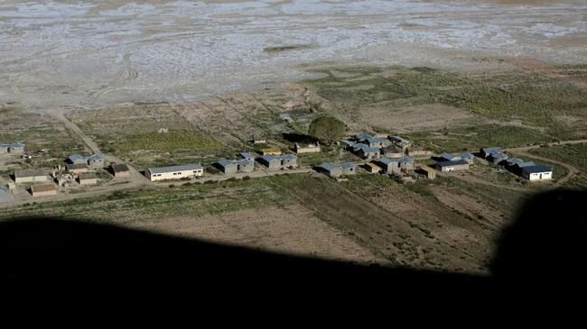 Danau ini terletak di Altplano Bolivia dan berada di ketinggian 3.700 meter. Tahun 1990, danau ini memiliki luas 2.000 kilometer persegi yang membuatnya menjadi danau terbesar kedua di Bolivia setelah danau Titicaca. (REUTERS/David Mercado)