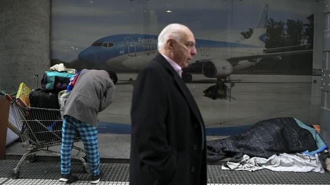Presiden Argentina juga memutuskan untuk memangkas jumlah anggota kabinet agar kinerja efektif saatmengatasi krisis ekonomi. (AFP PHOTO/Eitan Abramovich).