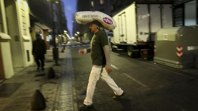 Untuk mengatasi pelemahan nilai tukar, bank sentral Argentina pekan lalu secara dramatis sudah menaikkan tingkat suku bunga acuan mereka dari 45 persen menjadi 60 persen. (REUTERS/Marcos Brindicci).