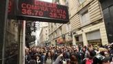 Para pekerja berkumpul di depan toko pertukaran mata uang saat protes terhadap Pemutusan Hubungan Kerja (PHK) di distrik keuangan Buenos Aires, Argentina. (REUTERS/Marcos Brindicci).