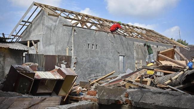 Kementerian PUPR membuka kesempatan bagi para relawan pendamping, terutama mahasiswa teknik, untuk menjadi pendamping fasilitator bagi warga untuk merekonstruksi rumah yang rusak oleh gempa Lombok. (ANTARA FOTO/Ahmad Subaidi)