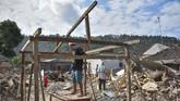 Meski diselimuti kekhawatiran gempa susulan, pascabencana warga korban gempa membangun rangka rumah hunian sementara mereka di Dusun Kekait, Desa Kekait, Gunungsari, Lombok Barat, NTB, Rabu (29/8). (ANTARA FOTO/Ahmad Subaidi)