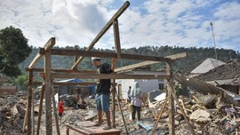 FOTO: Korban Gempa Lombok Bangun Hunian Sementara