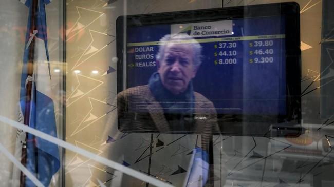 Presiden Argentina Mauricio Macri memutuskan untuk menaikkan pajak ekspor sebagai langkah darurat atasi krisis. (AFP PHOTO/Eitan Abramovich).