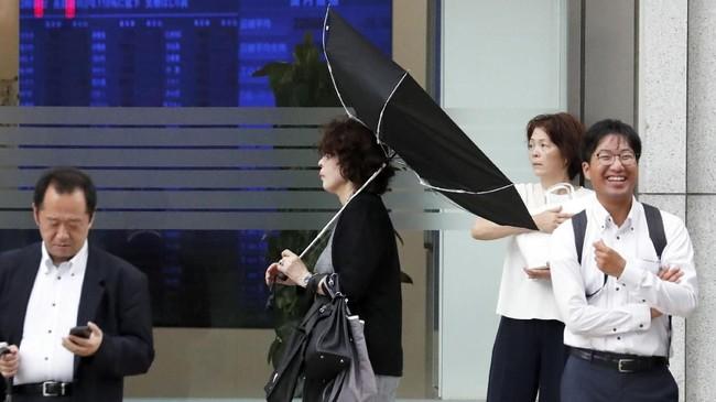 BMKG Jepang juga memperingatkan gelombang tinggi yang telah diserukan kepada masyarakat agar waspada terhadap banjir dan tanah longsor yang disebabkan karena topan. (REUTERS/Toru Hanai)