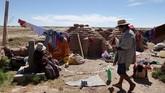 Penduduk sekitar Danau Poopo yang mayoritas bekerja sebagai nelayan dan menggantungkan hidup mereka pada danau Poopo terpaksa harus mencari pekerjaan lain untuk menghidupi hidup setelah kapal-kapal mereka ditinggalkan berkarat dengan masih menyisakan jaring ikan kecil didalamnya. (REUTERS/David Mercado)