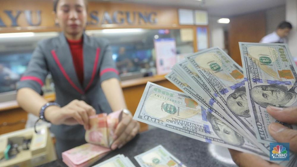 Seorang pegawai memperlihatkan mata uang dolar Amerika Serikat di salah satu tempat penukaran mata uang, Jakarta Pusat, Selasa (4/9/2019). (CNBC Indonesia/Andrean Kristianto)