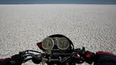 Danau Poopo yang merupakan danau terbesar kedua di Bolivia kembali mengering. Ini bukan kekeringan yang pertama. Dalam beberapa tahun belakangan, Danau Poopo hampir selalu mengalami kekeringan disetiap tahunnya. (REUTERS/David Mercado)
