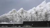 Jepang diterjang topan Jebi, pada Selasa (4/9). Topan ini tercatat jadi badai terkuat yang pernah melanda Jepang dalam 25 tahun terakhir. (Kyodo/via REUTERS)