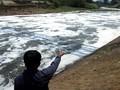 Kali BKT Berselimut Busa Putih, DKI Bantah Tercemar Limbah