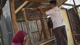 Abdul Kadir (42) warga korban gempa membangun rumahnya kembali pascagempa di Dusun Dasan Tengak, Desa Teniga, Kecamatan Tanjung, Lombok Utara, NTB, Selasa (21/8). (ANTARA FOTO/Ahmad Subaidi)