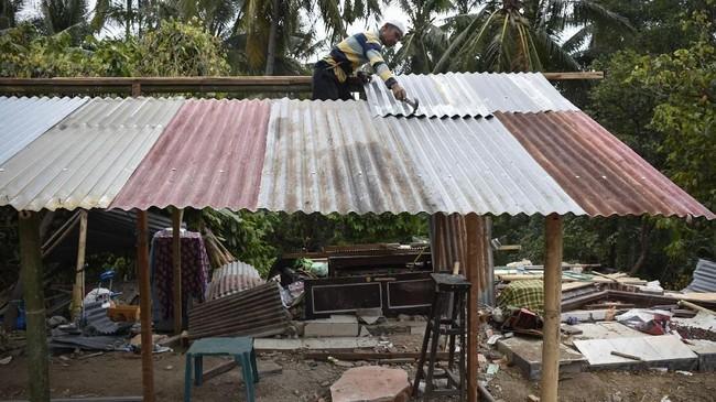 Bantuan diutamakan untuk rumah yang rusak berat sebesar Rp50 juta per rumah, bukan untuk setiap kepala keluarga. (ANTARA FOTO/Ahmad Subaidi)