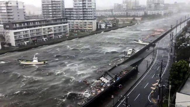 Kisah Mencekam Wisata di Tengah Badai Jepang