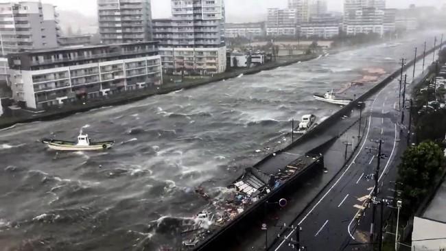 Topan Jebi melanda Jepang pada pukul 10 pagi waktu setempat. Angin kencang menerpa daratan Jepang dengan kecepatan sekitar 45 kilometer perjam dengan tekanan atmosfer 945 hektorpascal di pusatnya. Kecepatan angin topan Jebi yang terburuk bisa mencapai 216 kilometer perjam. (TWITTER/ @R10N_SR/via REUTERS)