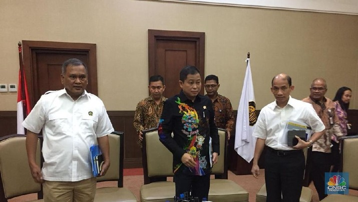 Menteri Jonan sebut dengan menunda hampir separuh proyek 35 Ribu MW, RI bisa tekan impor sampai Rp 149 triliun.