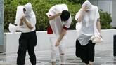 Badan Meteorologi Klimatologi dan Geofisika (BMKG) Jepang memperingatkan adanya hujan lebat dan angin kencang di dua wilayah barat dan timur negara itu. (AFP PHOTO / JIJI PRESS)