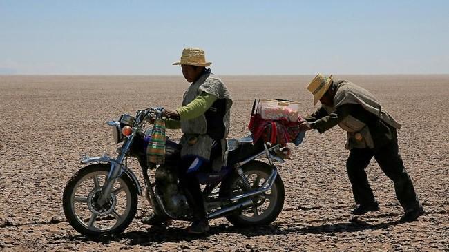 Para penduduk di sekitar sana banyak yang bermigragsi ke kota-kota terdekat. Hal itu mereka lakukan untuk mendapatkan pekerjaan sebagai buruh harian demi menghidupi kebutuhan sehari-hari. (REUTERS/David Mercado)