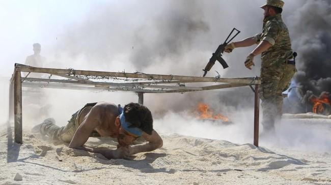 Kemungkinan ini semakin terbuka setelah Amerika Serikat melaporkan bahwa mereka menemukan bukti pemerintah Suriah sedang menyiapkan senjata kimia di Idlib. (AFP Photo/Aaref Watad)