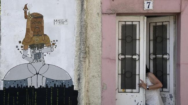 Para seniman dapat menggambar di dinding bangunan yang sudah ditandai oleh pihak penyelenggara dan berhak menuangkan ide apapun pada dinding itu. (AFP PHOTO / MIGUEL RIOPA)