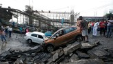 Hingga saat ini, belum diketahui dengan jelas apa penyebab runtuhnya jembatan yang berusia 40 tahun itu (REUTERS/Rupak De Chowdhuri TPX IMAGES OF THE DAY)