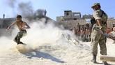 Di satu padang pasir di Idlib, Suriah, sekelompok pemberontak yang menamakan diri Front Pembebasan Suriah berlatih untuk menghadapi gempuran pemerintah. (AFP Photo/AarefWatad)