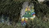 Muralnya yang indah ternyata menarik minat seniman lainnya tanpa ia ketahui. Perlahan, satu per satu seniman dari berbagai daerah ikut menambah deretan mural di kawasan tersebut. (AFP PHOTO / MIGUEL RIOPA)